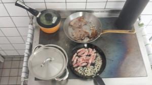 Lammkotelett mit Kartoffeln und Rosenkohl in Zwiebel-Speck-Sauce