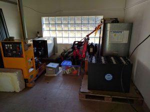 Alter, aber hilfreicher Dieselgenerator und die alte Batterie